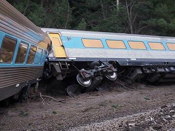В Австралии пассажирский поезд сошел с рельсов