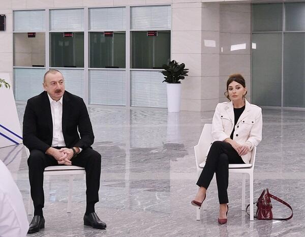 Prezident çıxışını bitirdi, ayağa qalxdı və onları alqışladı – Video