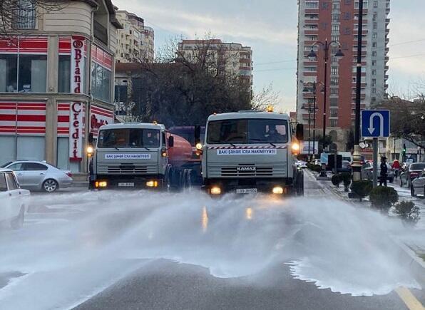 В Баку приступили к чистке дорог моющими средствами