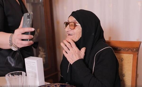 Aygün Kazımova 103 yaşlı Xədicə nənəni belə sevindirdi - Video