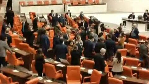 TBMM-də dava: MHP-çi danışdı, HDB-çilər ayağa qalxdı - Video