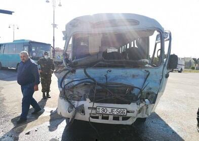 Gəncədə avtobus qəzaya uğradı: 5 yaralı - Video