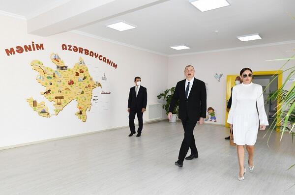 Президент и Первая леди на открытии жилого комплекса - Фото