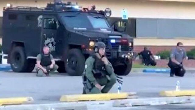 ABŞ-da polislər etirazçılar önündə diz çökdü - Foto