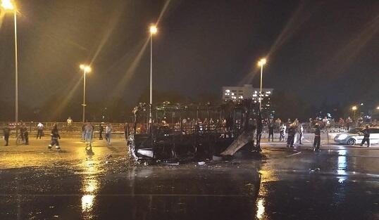 Bakıda sərnişin avtobusu yanaraq kül oldu - Video