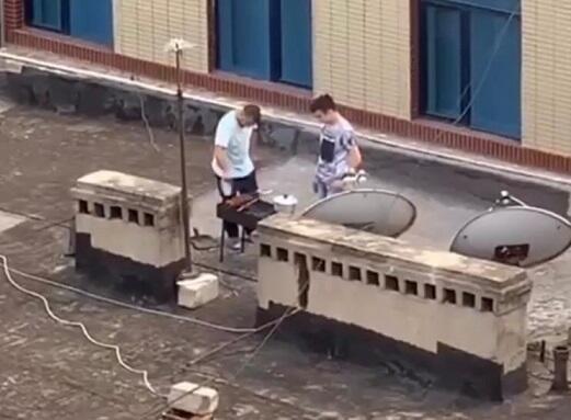 Bakıda binanın damında kabab bişirənlər ifşa olundu - Foto