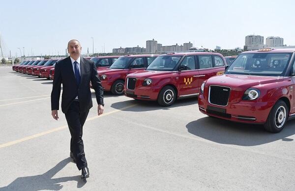 Президент ознакомился с новыми «Лондонскими такси» - Фото