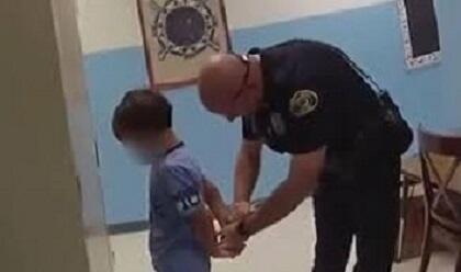 ABŞ polisi 8 yaşlı uşağı bu cür qandalladı - Video