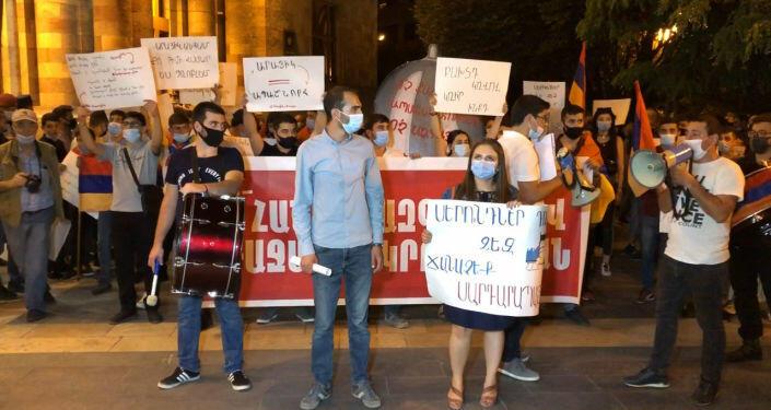 Оппозиция установила палатки у парламента Армении