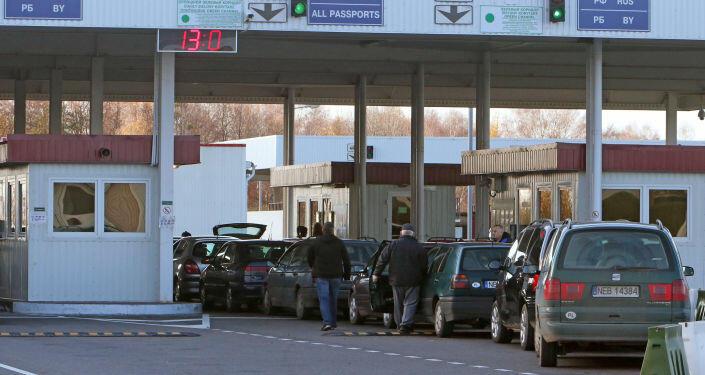 Около тысячи автомобилей стоят у границы Беларуси