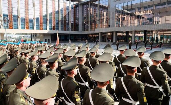 Belarus ordusu Lukaşenko qarşısında and içdi
