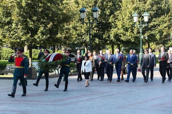 """Spiker Moskvada """"Naməlum əsgər"""" məzarını ziyarət etdi"""