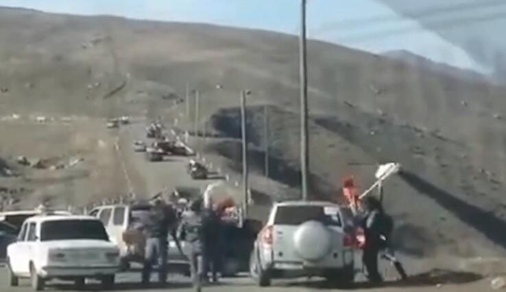 Qarabağdan ağ bayraqla qaçan ermənilər... - Video