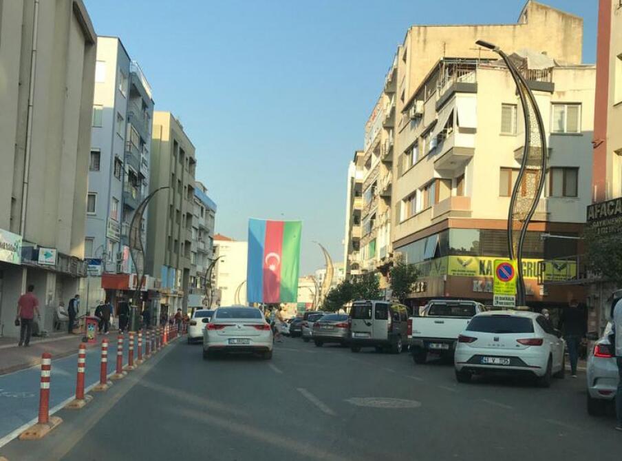 İzmirin mərkəzində Azərbaycan bayrağı dalğalanır