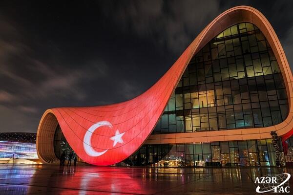 Heydər Əliyev Mərkəzi və BOS üzərində Türkiyə bayrağı - Video