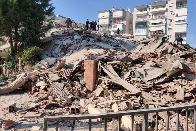 Сто человек извлечены из-под завалов в Измире