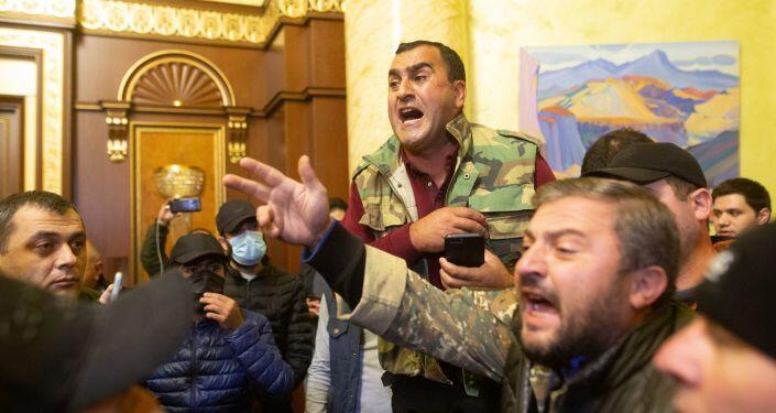 Ermənistan müxalifəti daha bir dövlət binasına girdi - Video
