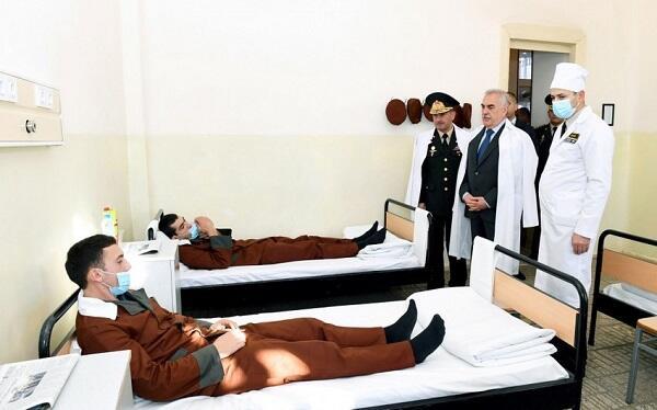 Vasif Talıbov yaralı hərbçilərlə görüşdü