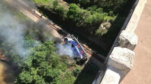 Avtobus 15 metr yüksəklikdən yerə çırpıldı: Ölənlər var