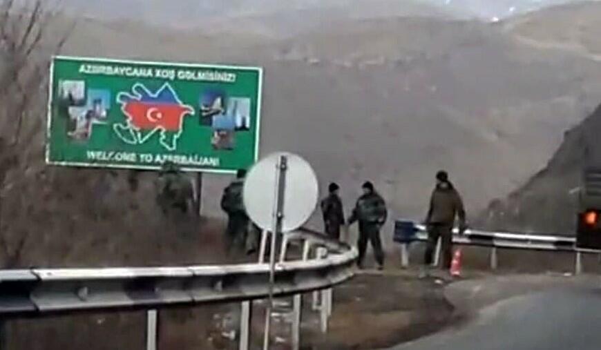 Azərbaycan generallarından biri əlini belinə qoyub dedi ki...