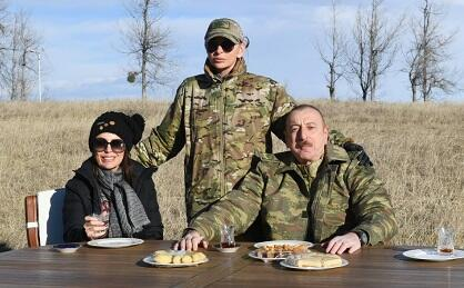 Pakhlava, tea in a glass of pear on the Cidir plain... -