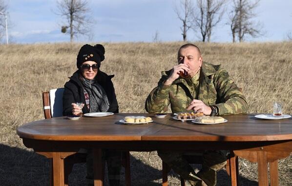 Pakhlava, tea in a glass of pear on the Cidir plain... -
