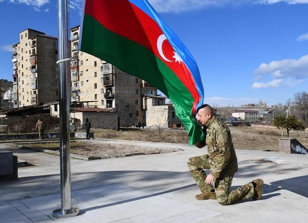 Prezident İlham Əliyev Şuşada Azərbaycan bayrağını qaldırdı