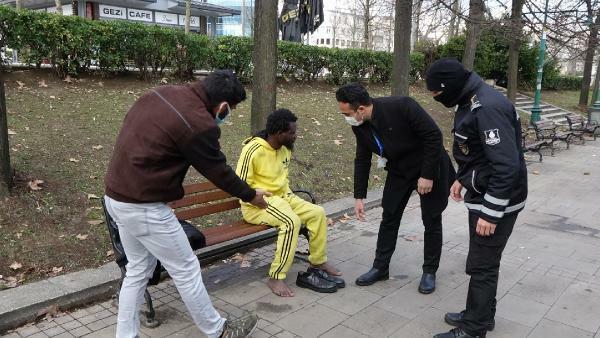 Soyuqdan titrəyən gənc heç bir yardımı qəbul etmədi - Video