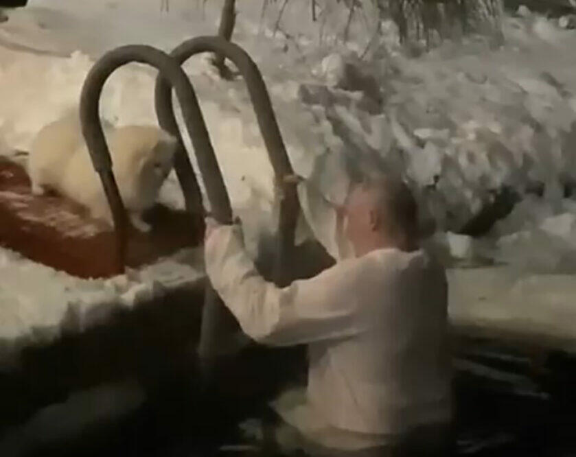 Lukaşenko da xaç suyuna girdi - Video
