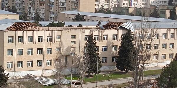 Bakıda güclü külək 2 məktəbin damını uçurdu - Foto
