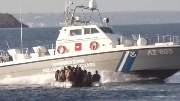 Yunanlar miqrantların üzərinə benzin tökdü - Video