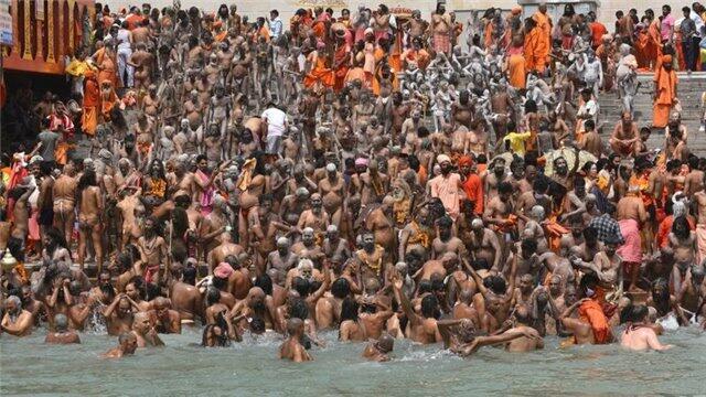 Milyonlarla hindistanlı eyni vaxtda Qanq çayına girdi - Foto