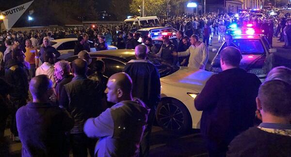 """Müxalifət Paşinyanı İrəvanda aksiya ilə """"qarşıladı"""""""