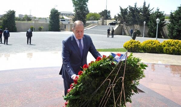 """Lavrov Bakıda """"Qardaşlıq Məzarlığı""""nı ziyarət etdi - Foto"""