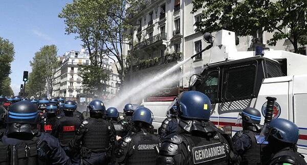 В Париже применили водометы против демонстрантов