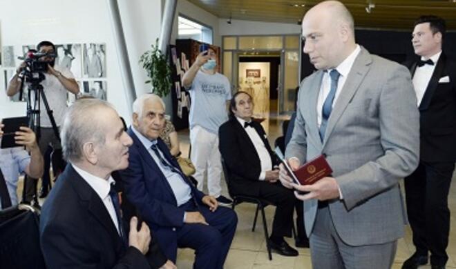 Prezident sərəncam imzaladı, nazir mükafatları təqdim etdi