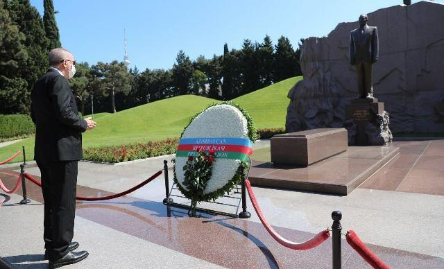 Erdogan visits Heydar Aliyev's grave -