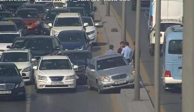Тяжелое ДТП в Баку стало причиной пробок