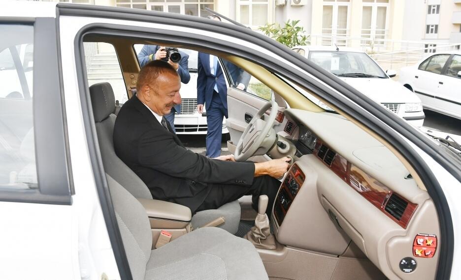 Prezident əlillərə verilən maşının sükanı arxasına keçdi - Foto