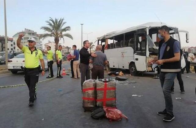 Rus turistlər Antalyada qəzaya uğradı: 3 ölü, 7 yaralı