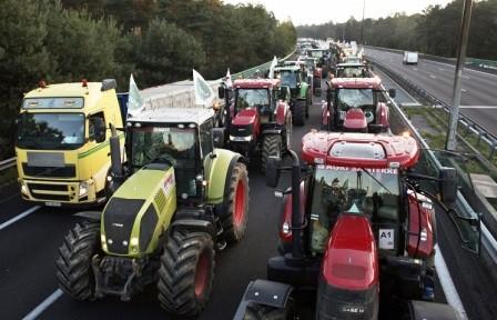 Bu ölkədə fermerlər etiraza qalxdı: Razılaşma olmasa...